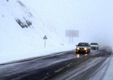 بارش برف در محورهای مواصلاتی استان البرز/رانندگان زنجیر چرخ به همراه داشته باشند